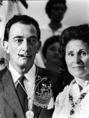 Black and white photograph of Gala and Salvador Dalí when they are old.