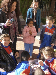 A group of children during an educational visit that can be made at the Theatre-Museum in Figueres.