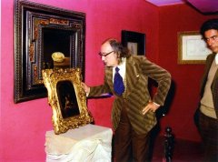 Salvador Dalí i Domènech looking at a picture under the gaze of Antoni Pitxot i Soler